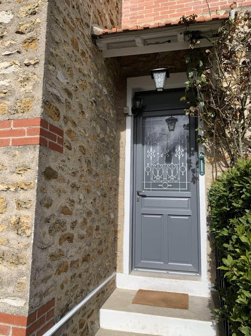 MPO Fenêtres Porte d'entrée en PVC avec grille décorative