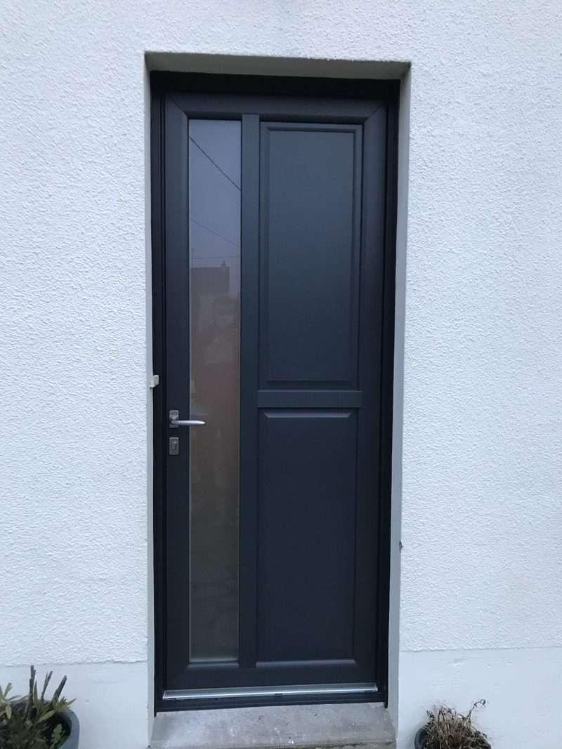 mpo fenêtres laval porte d'entrée en pvc gris anthracite à l'extérieur, blanc à l'intérieur 1