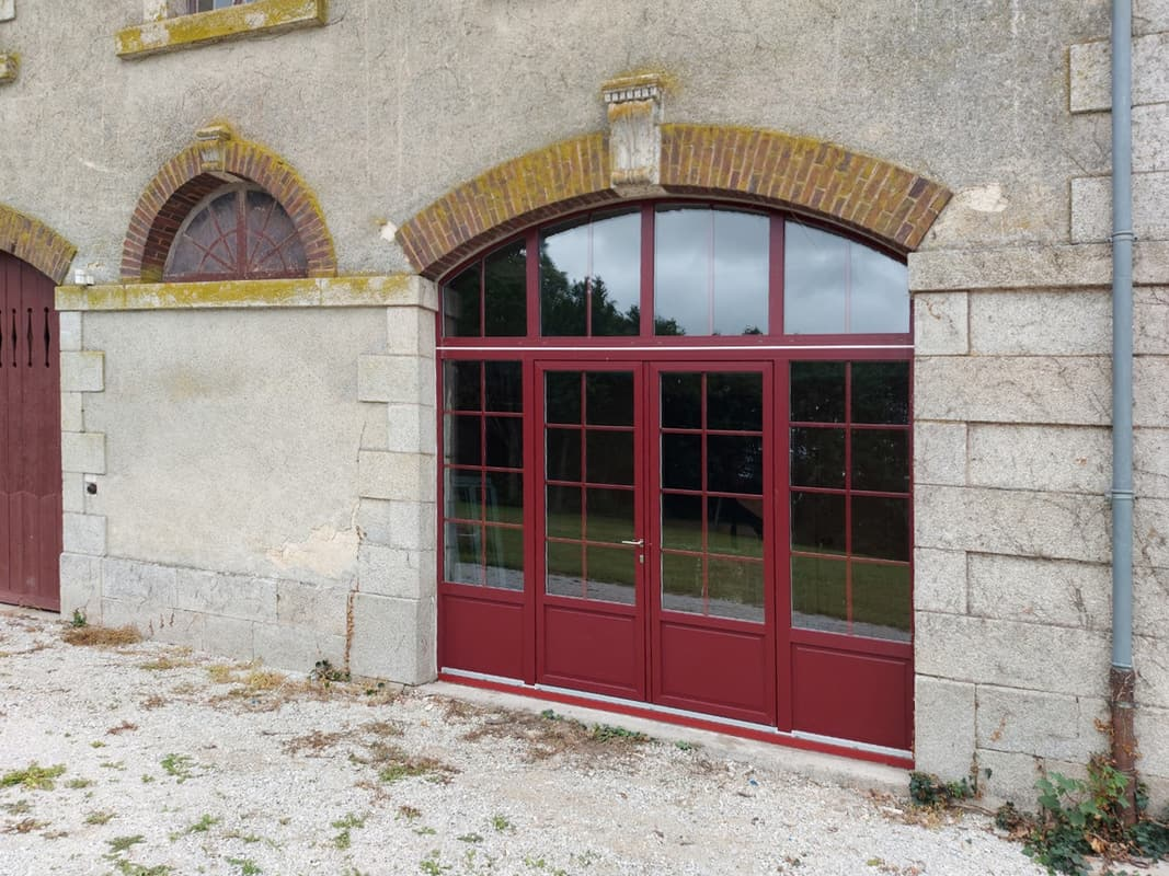 mpo fenêtres menuiseries sur mesure rouge