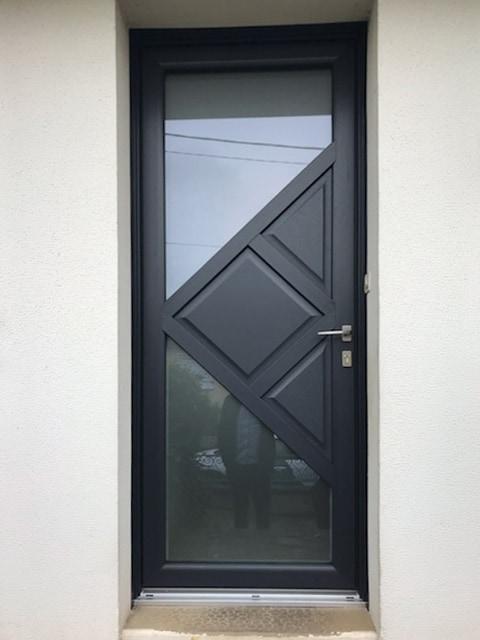 mpo fenêtres rénovation d'une porte d'entrée sur mesure en pvc 1
