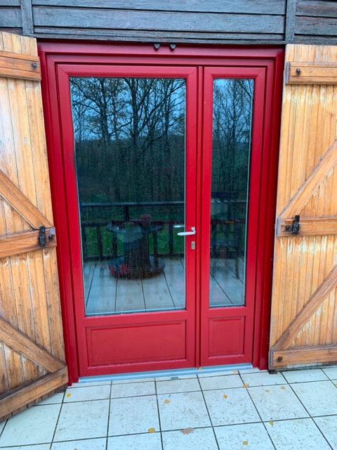 porte d'entrée glisolles pvc rouge veiné poignée kobe inox